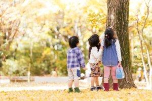 子供が外で遊ぶ様子の写真