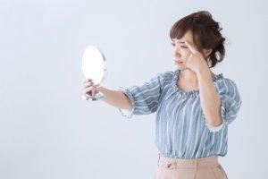 鏡を見る女性の写真