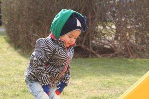 遊んでいる子供の写真