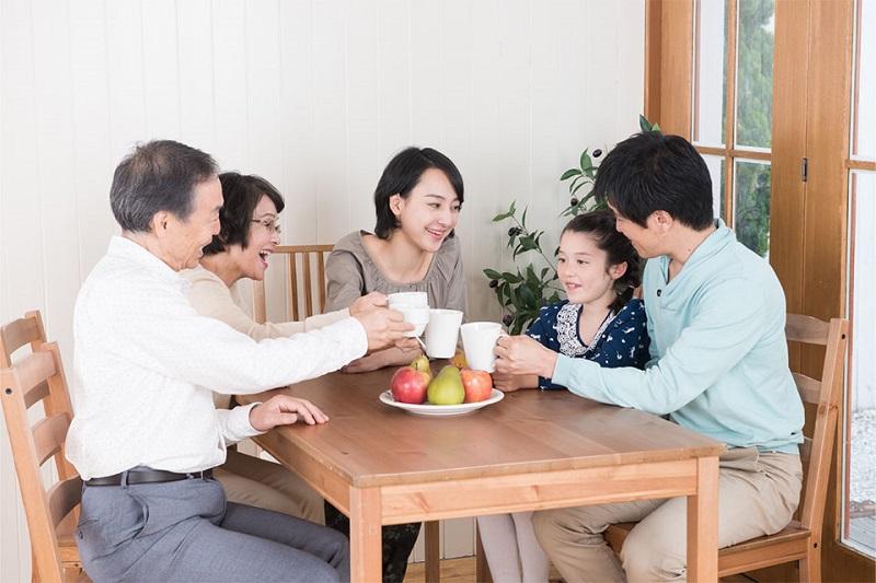 家族が集まっている様子の写真