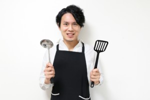 料理する夫の写真