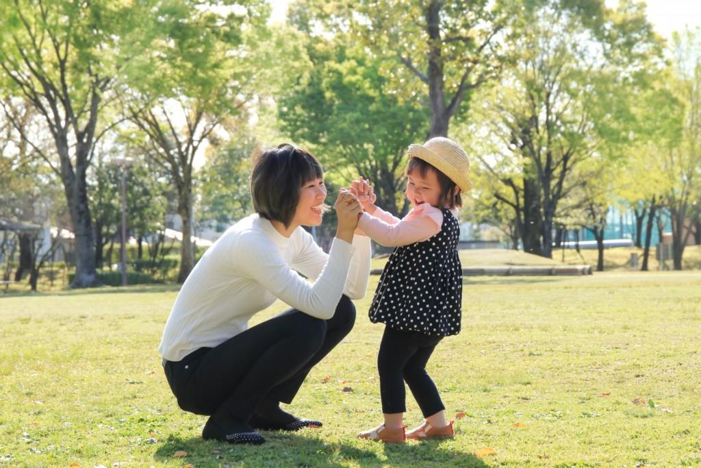 親子で遊んでいる様子の写真