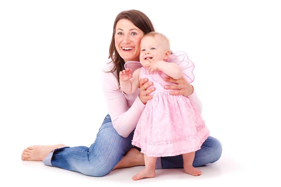 笑顔の女性と赤ちゃん