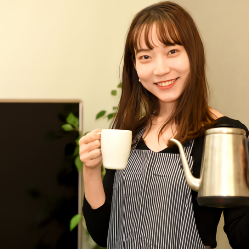 コーヒーを持っている女性の写真