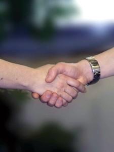 握手をしている写真