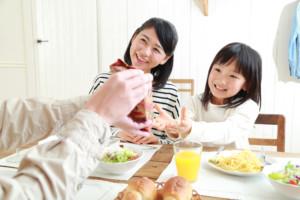 楽しく食事をする家族
