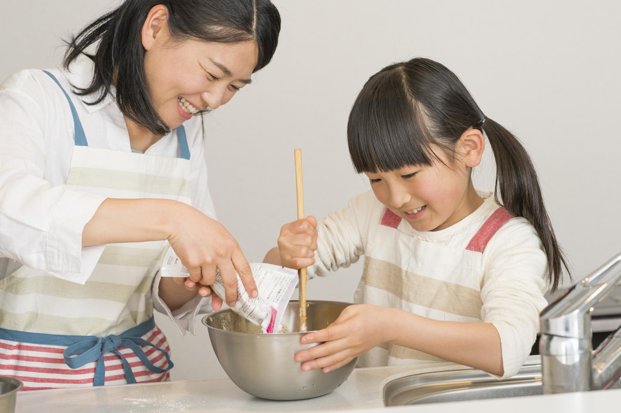 親子で料理をする写真