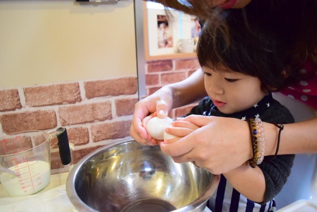 卵を割る子ども