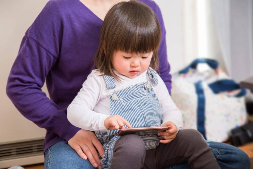 スマホを使っている子供の写真