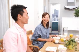 夫婦で食事している様子の写真