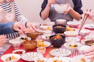 家族で夕食している様子の写真