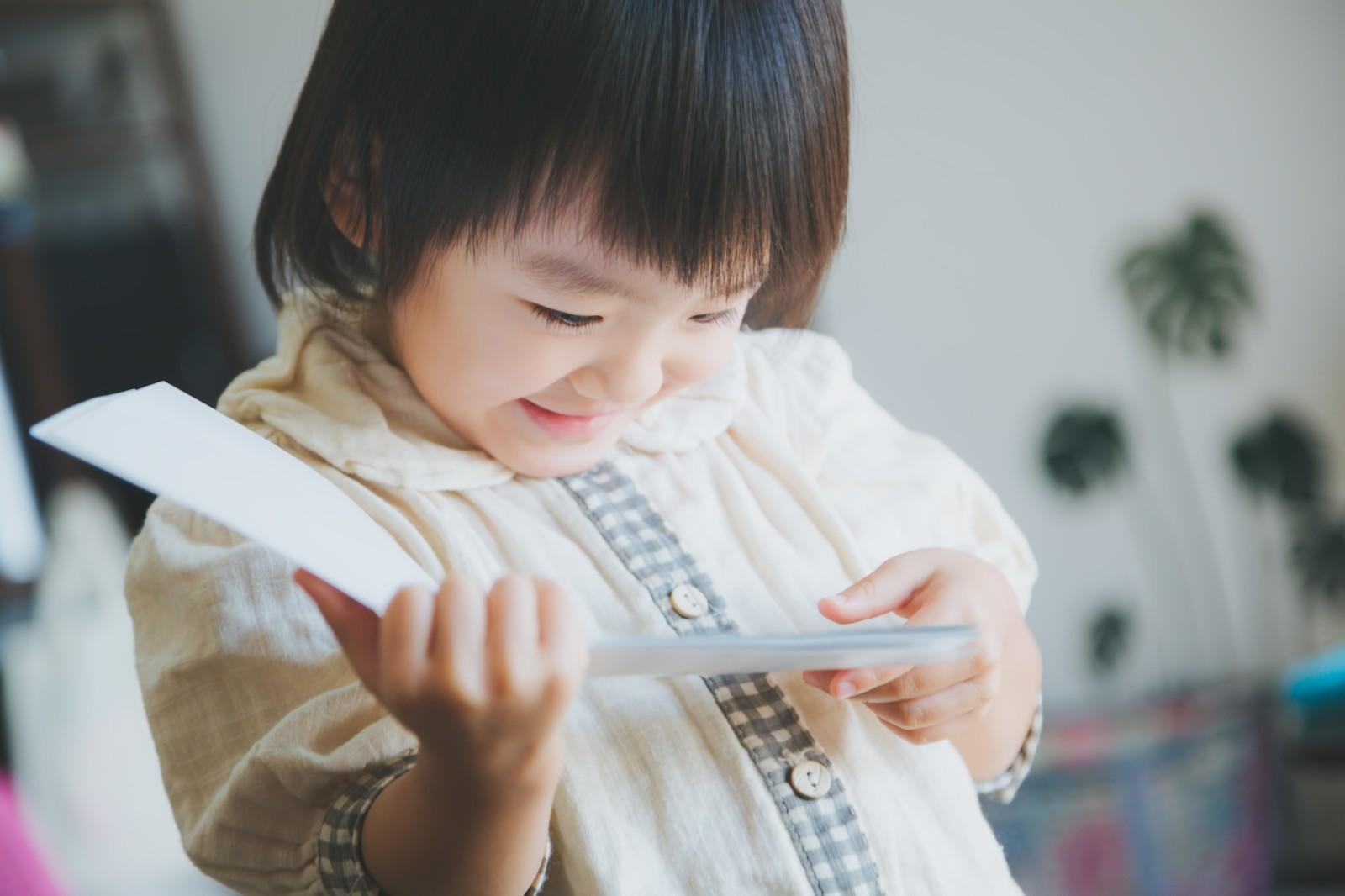 写真を見ている子供の写真
