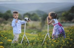 写真を撮り合う子供達