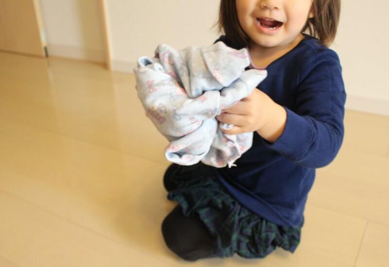 洗濯物を畳む幼児