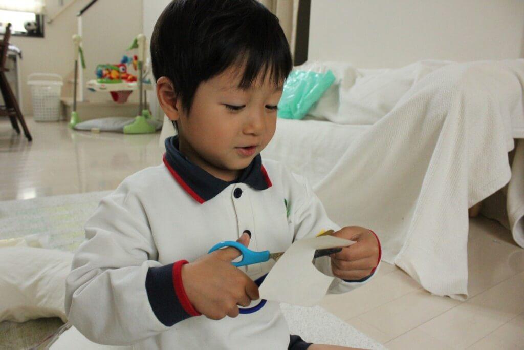 手作りする男の子の写真