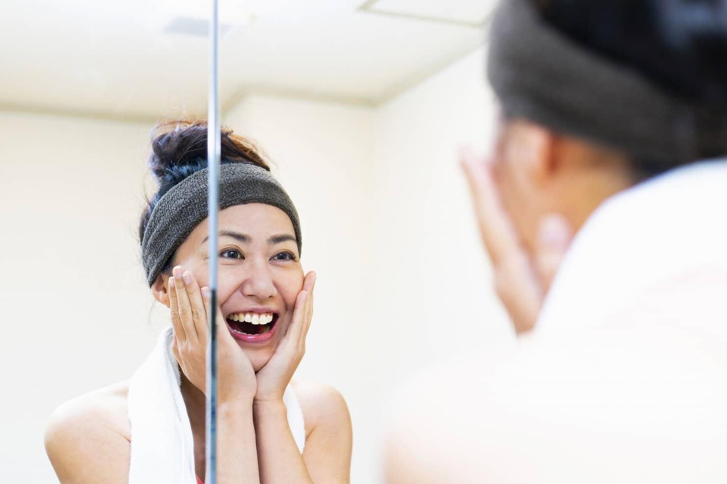 鏡を見ている女性の写真
