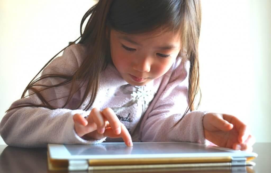 タブレットを捜査している小学生の女の子