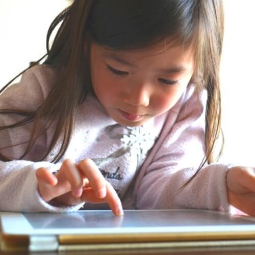 タブレットで学習をしている子供の写真