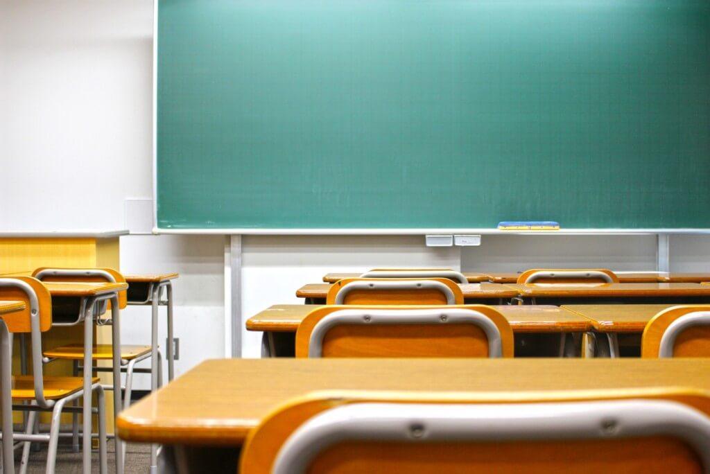 黒板と、机といすが並べられた教室