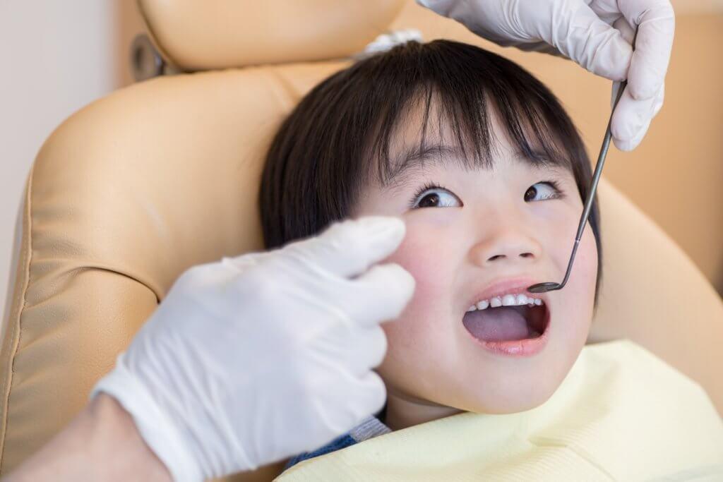 歯科医院で診てもらう男の子