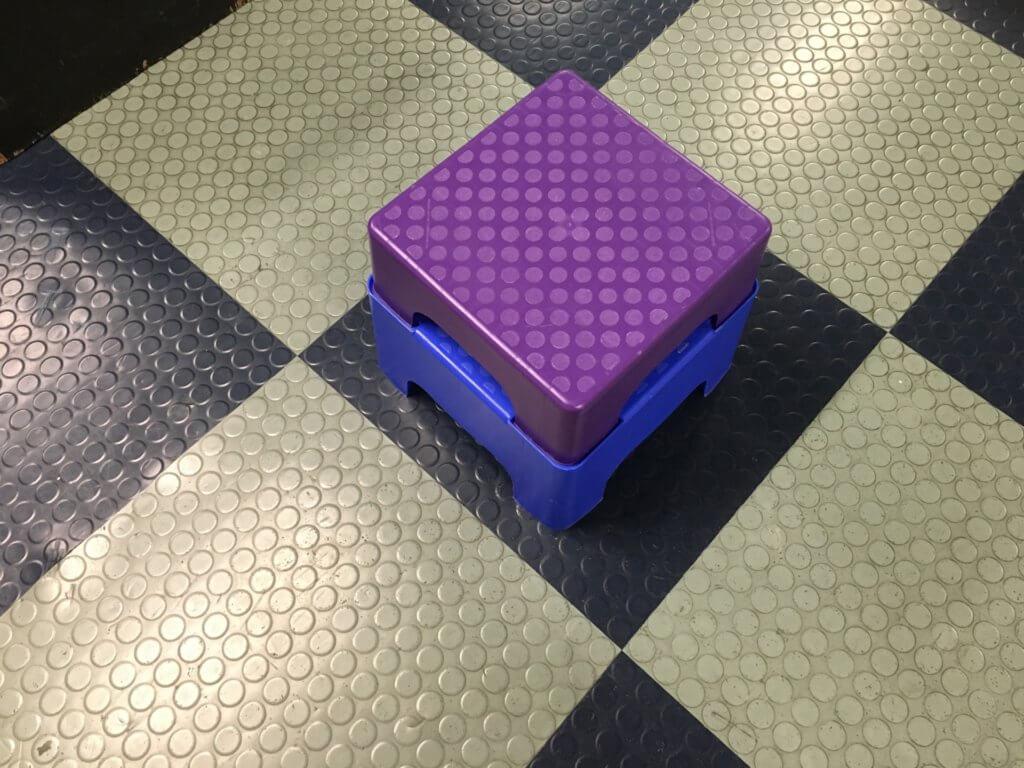 床に置かれた、紫色の踏み台
