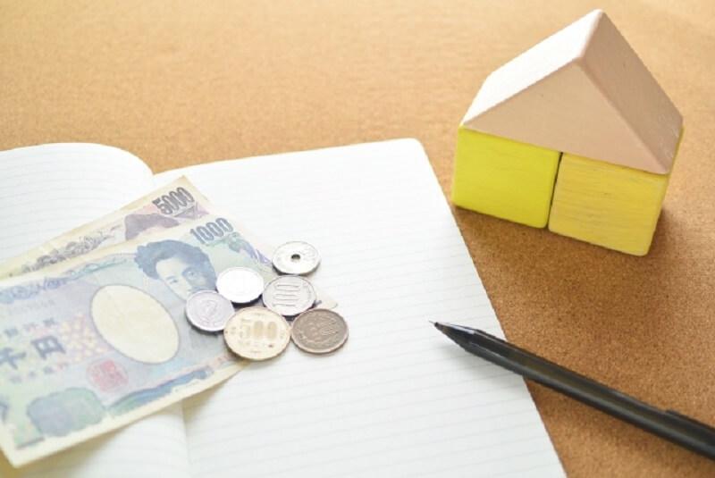 お金とノートの写真