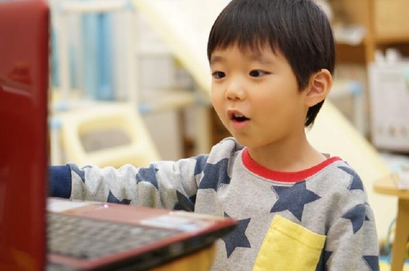 パソコンに釘付けな男の子の写真