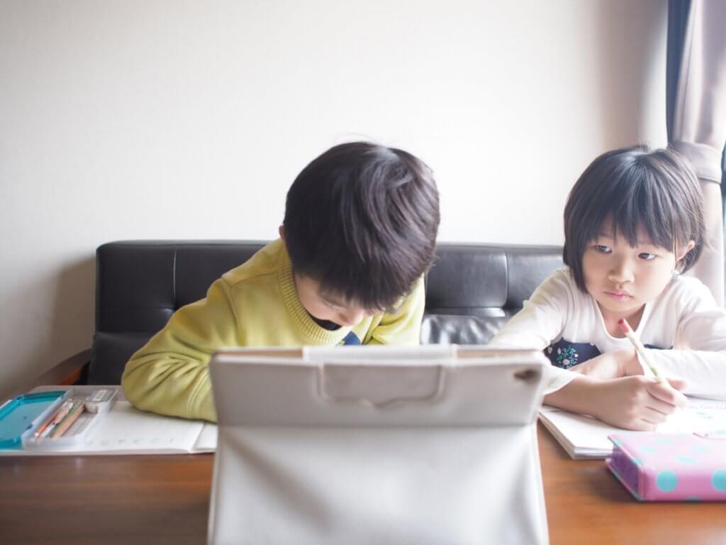 パソコンで勉強をしている子供の様子の写真