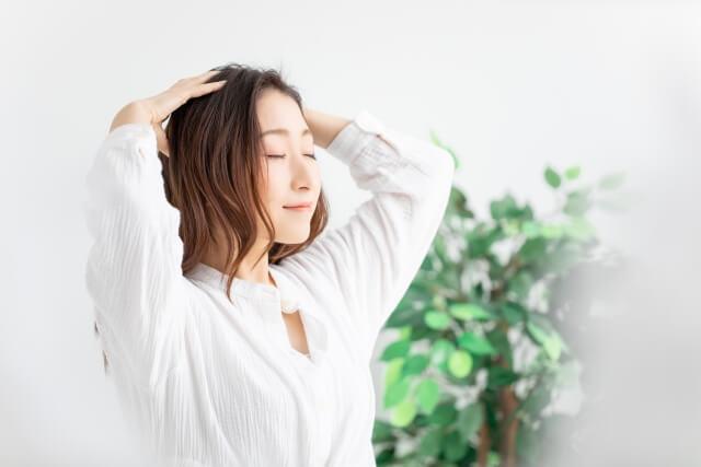 髪をマッサージする女性