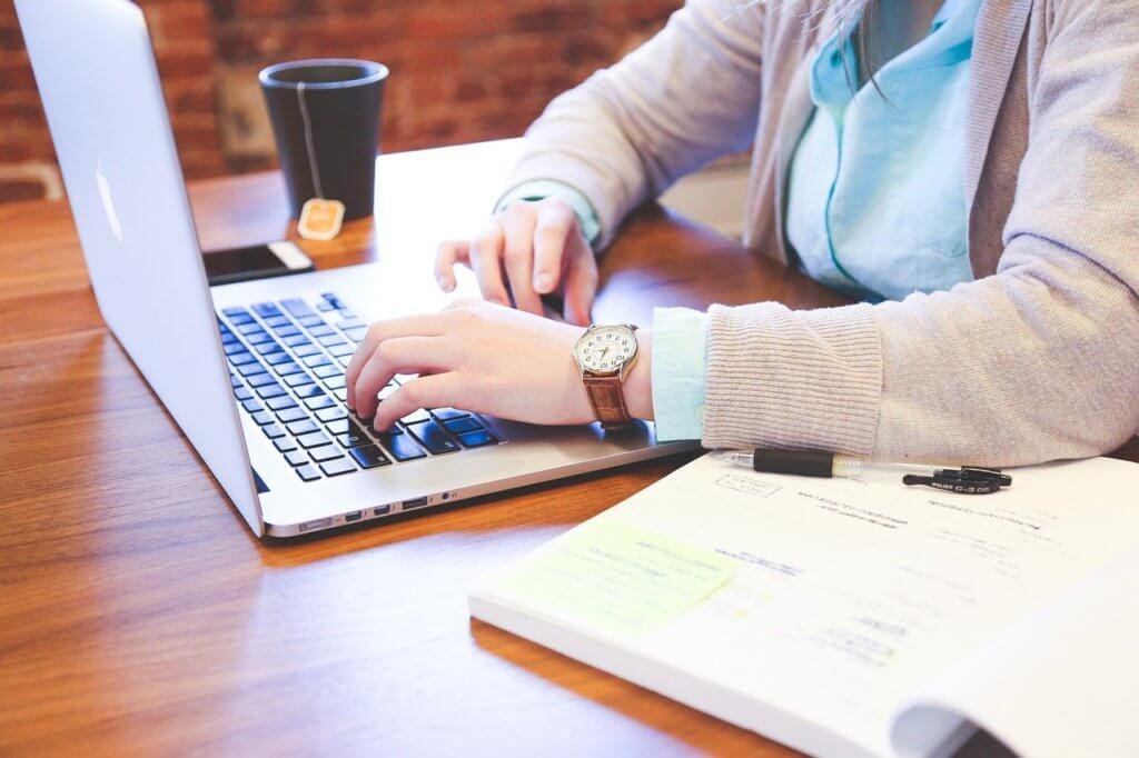 パソコンを楽しむ女性の写真