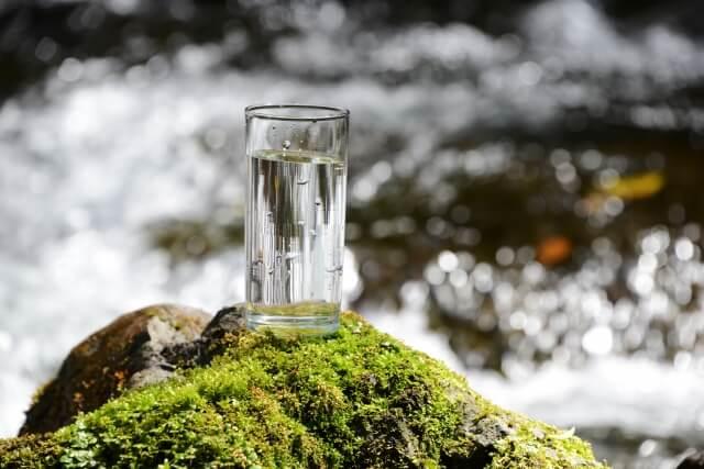 川と水の入ったコップ