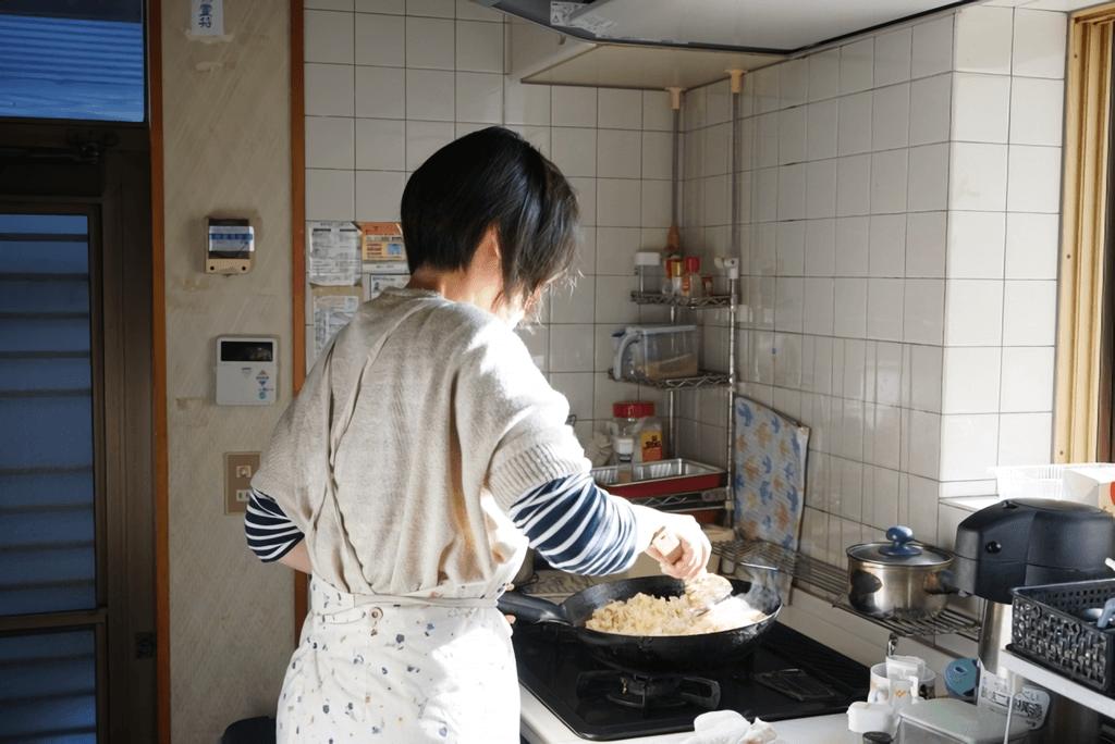 台所で調理中の女性