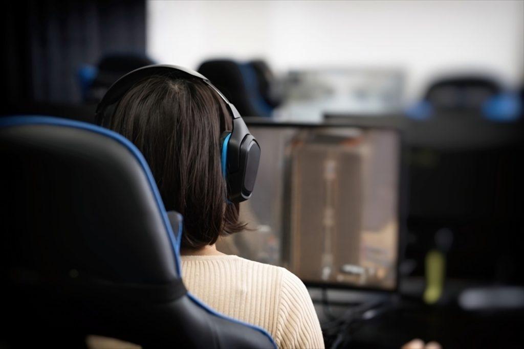 オンラインゲームをする女性