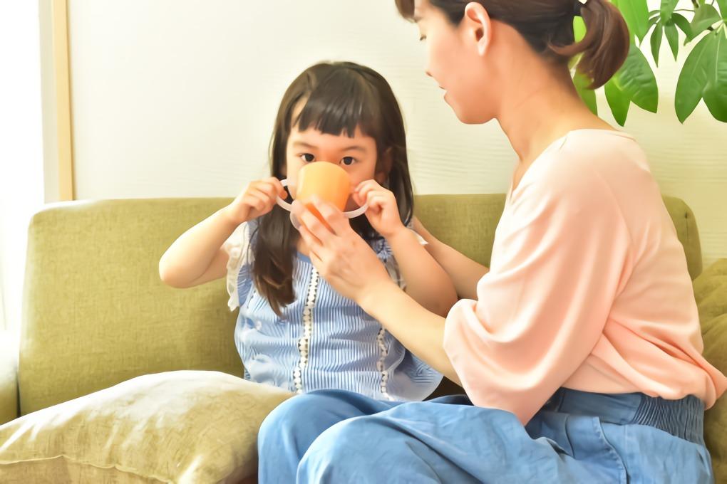 お茶を飲む子供と母