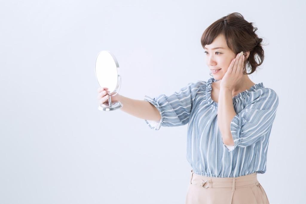 鏡を持つ女性
