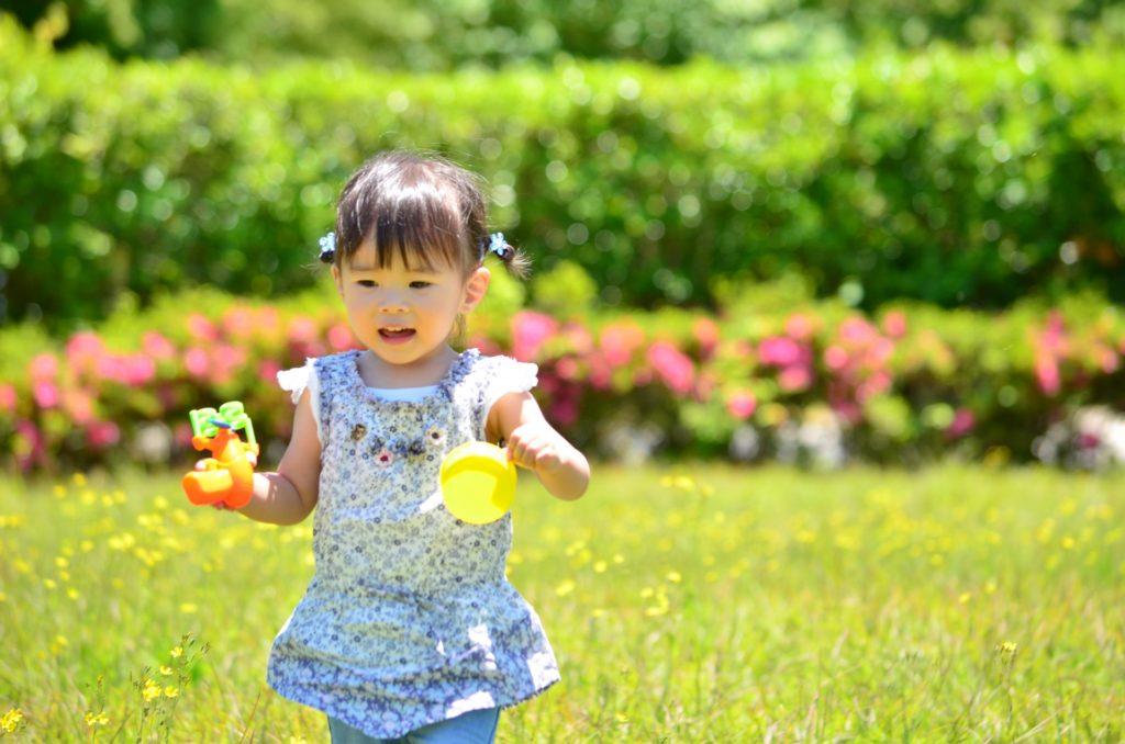 公園で遊ぶ女の子の写真