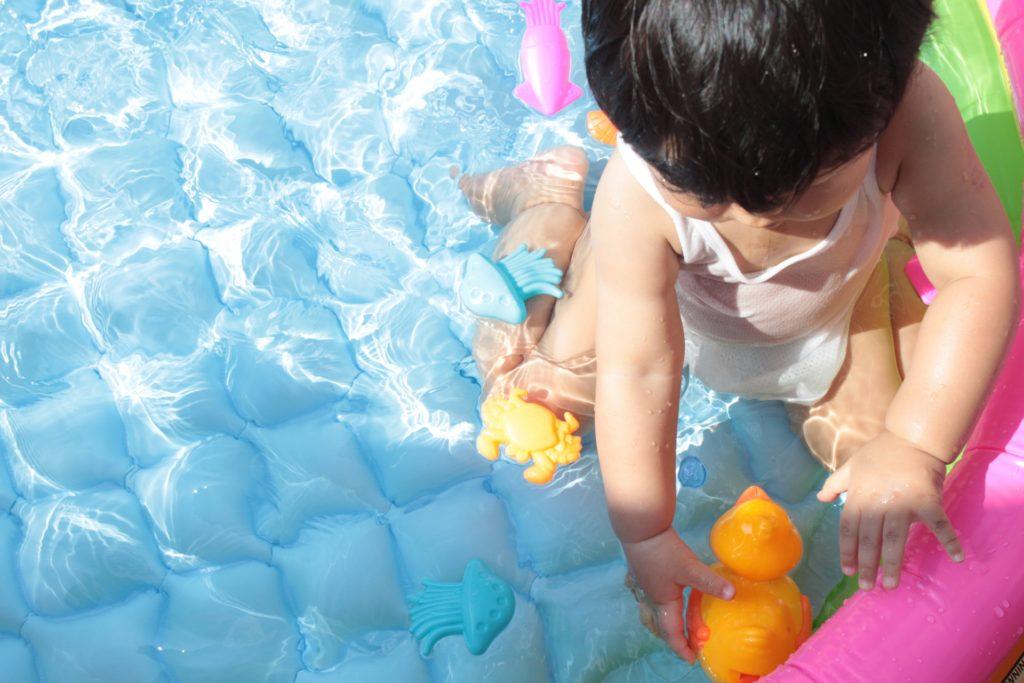プールで遊ぶ男の子の写真