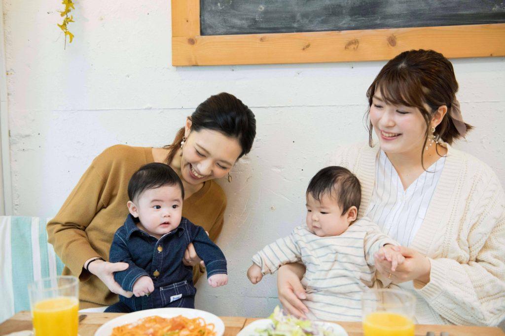 ママ友と子供たちでご飯を楽しんでいる写真