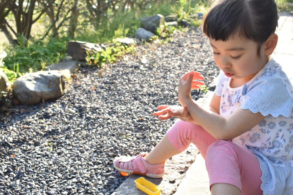 日焼け止めを塗る女の子