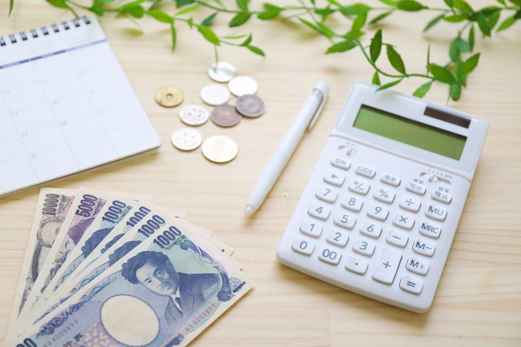 お金を計算する写真