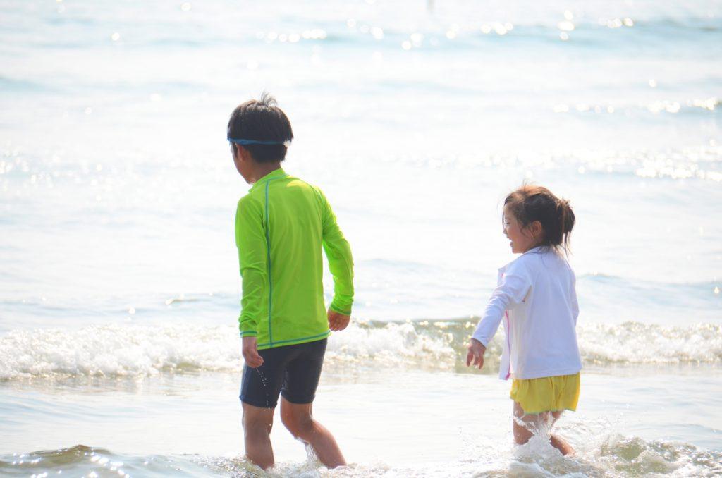 海で遊ぶ兄弟の写真