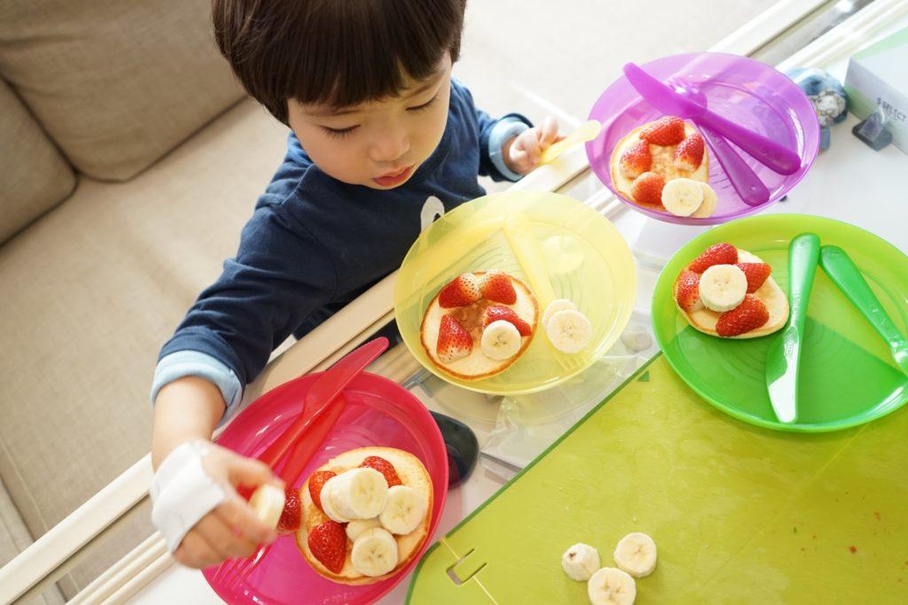パンケーキを作る子供の写真