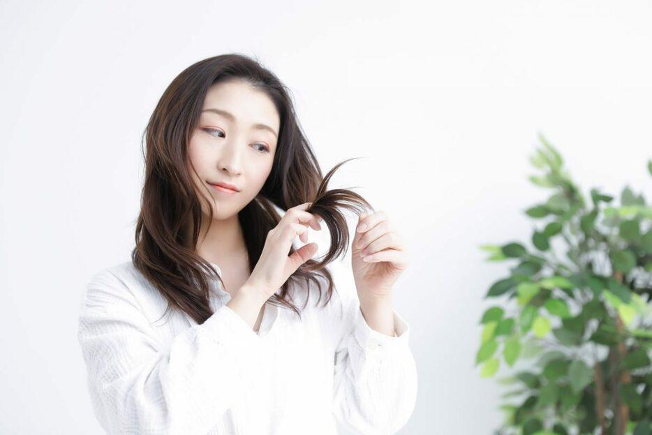 長い髪を触る女性