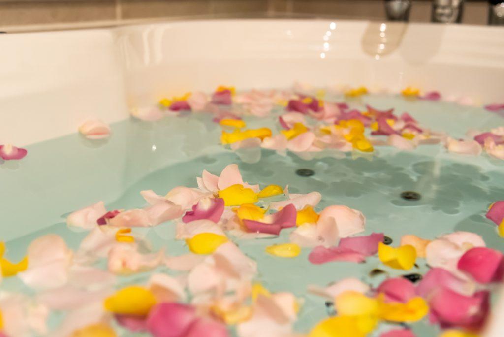 浴槽に花びらをまいた写真