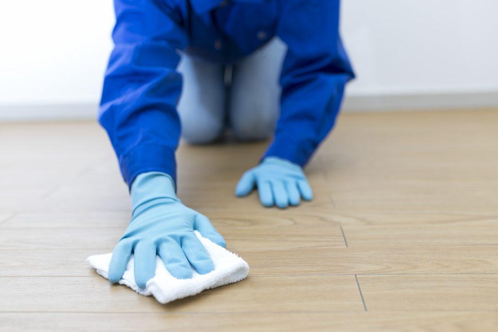 床を雑巾がけする人の姿