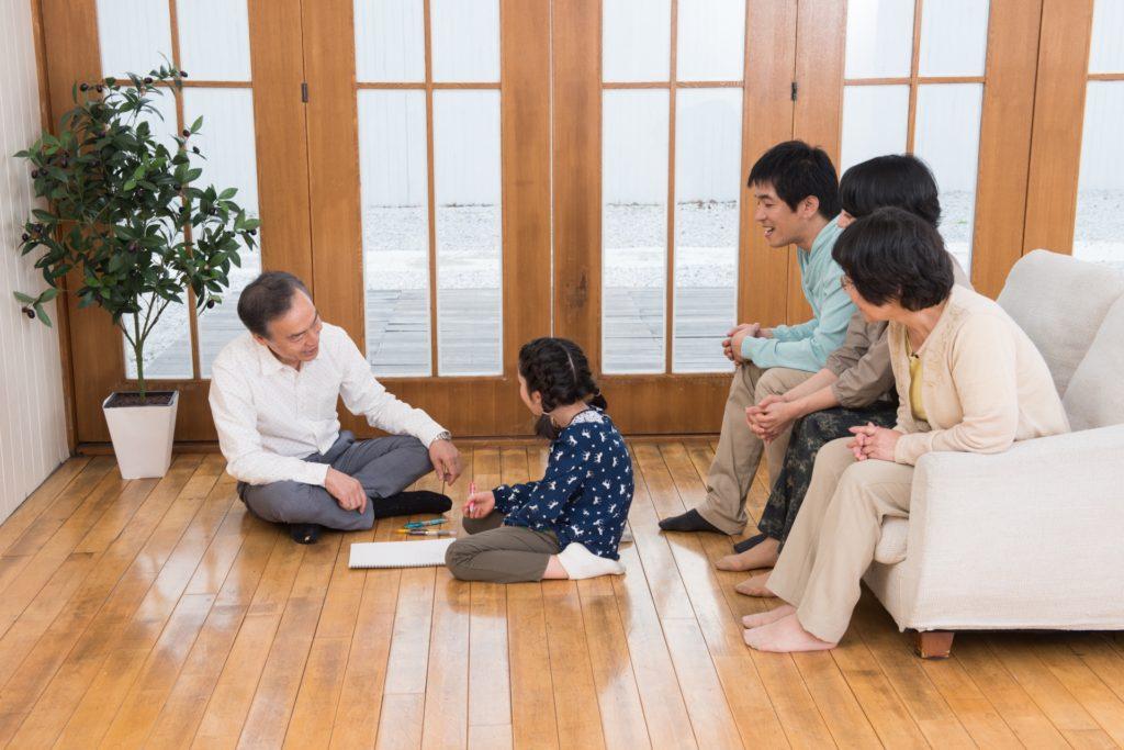 家族団らんの様子の写真