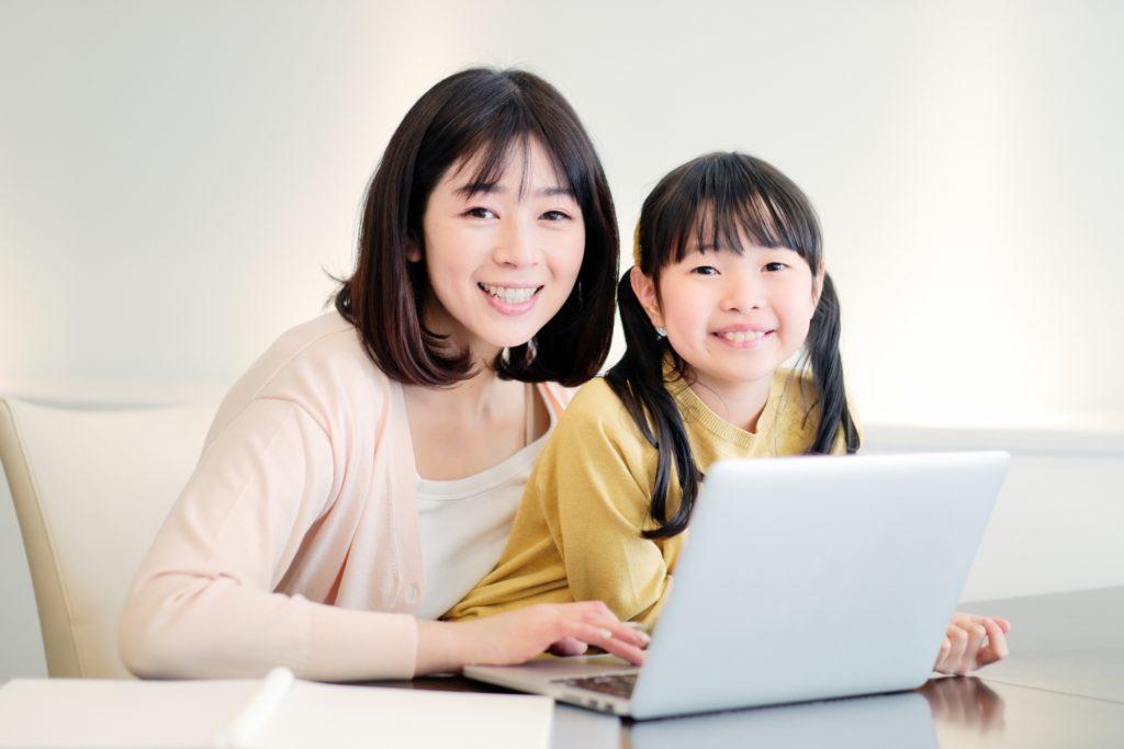 一緒にパソコンで勉強する親子