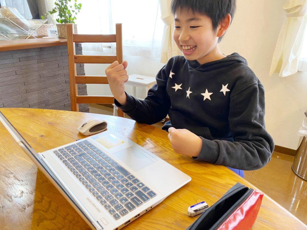 楽しそうにパソコンで勉強をする子供