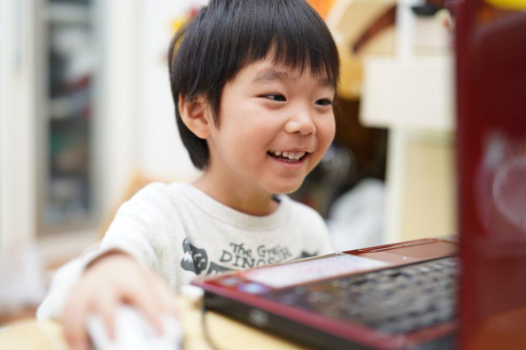 楽しそうにパソコンをする子供