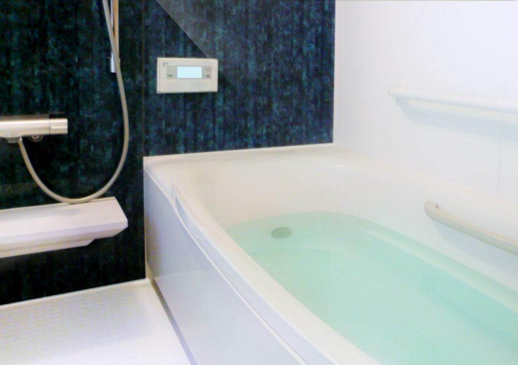 お湯を張った浴室の写真